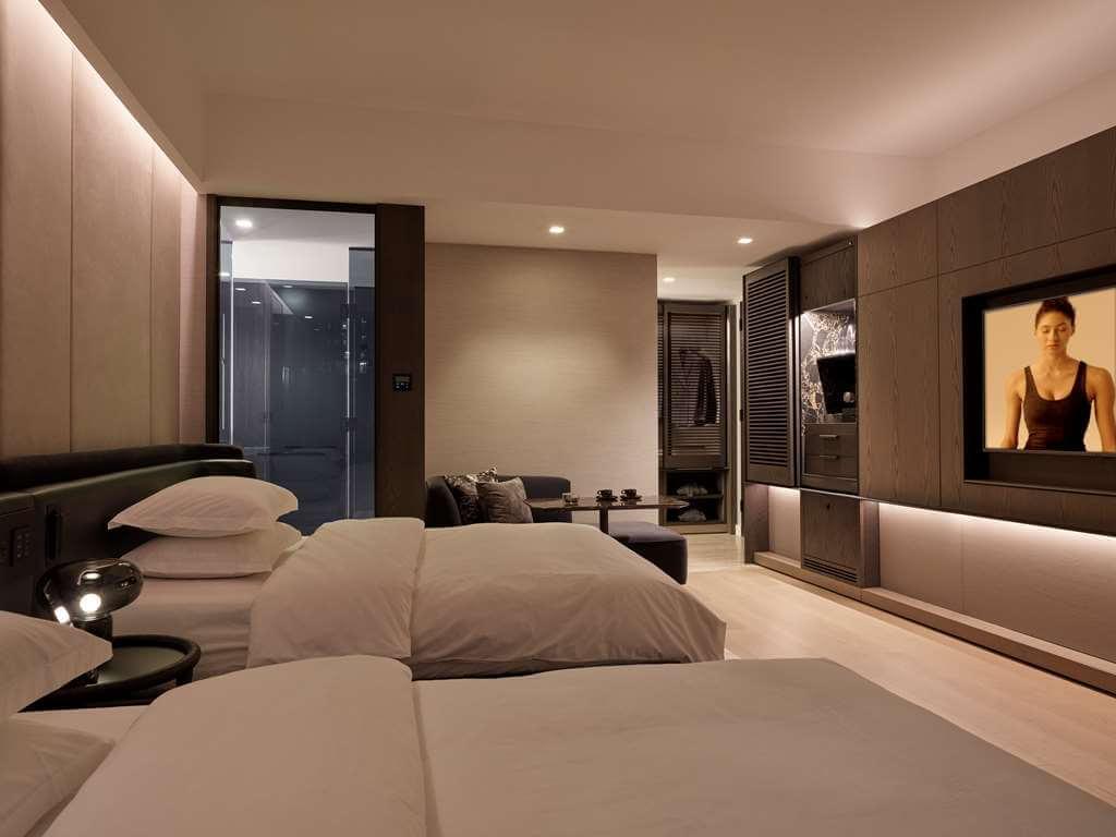 Equinox酒店豪华市景客房双人床